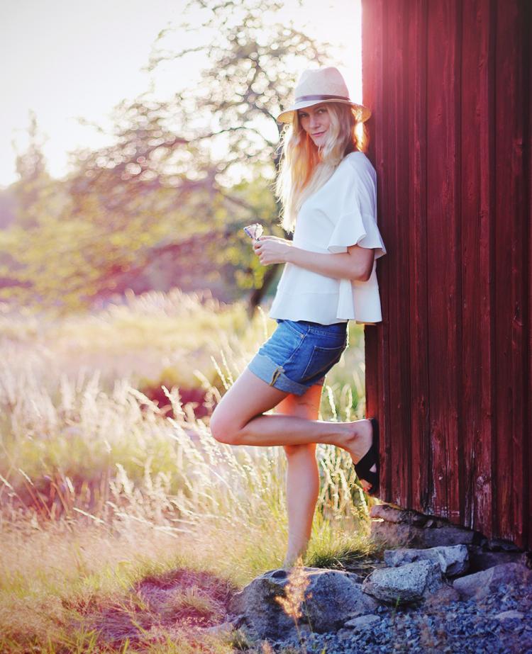 denim shorts hvid top stråhat