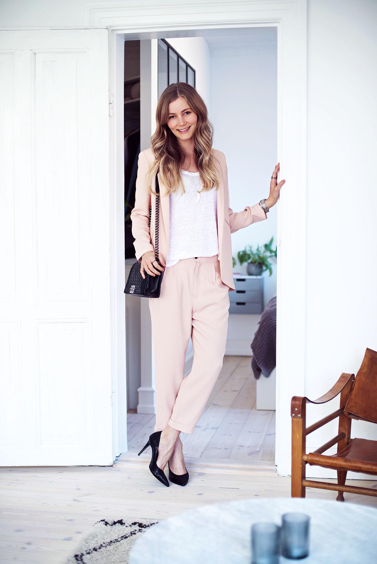 lyserødt-jakkesæt