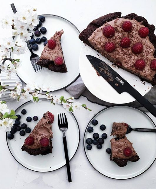 Chokoladekage-med-chokoladecreme-og-bær.jpg