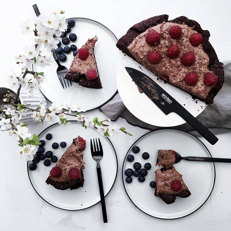 Chokoladekage-med-chokoladecreme-og-bær