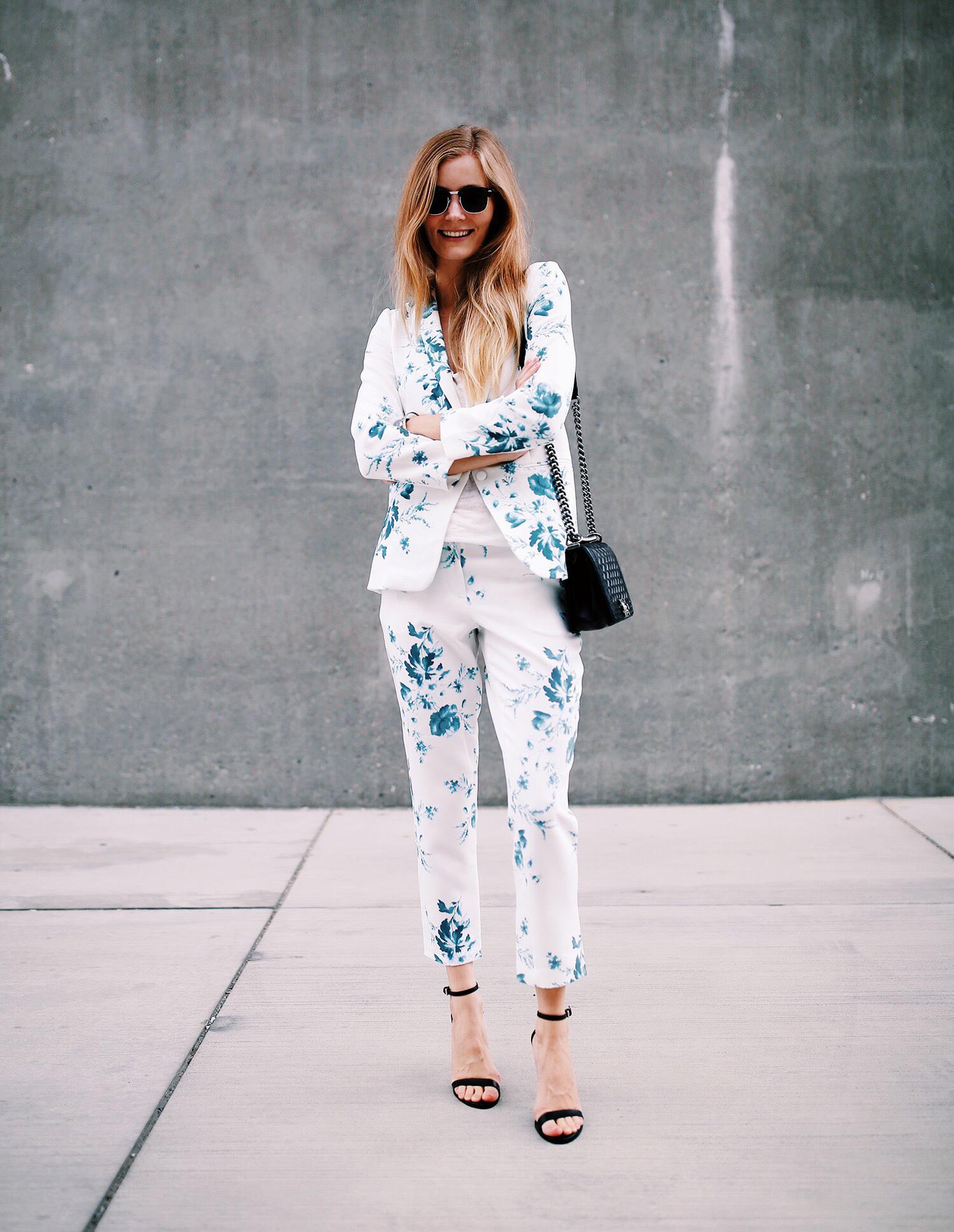 blomstret-jakkesæt