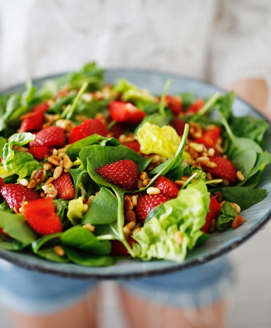 jordbærsalat-med-pinjekerner.jpg